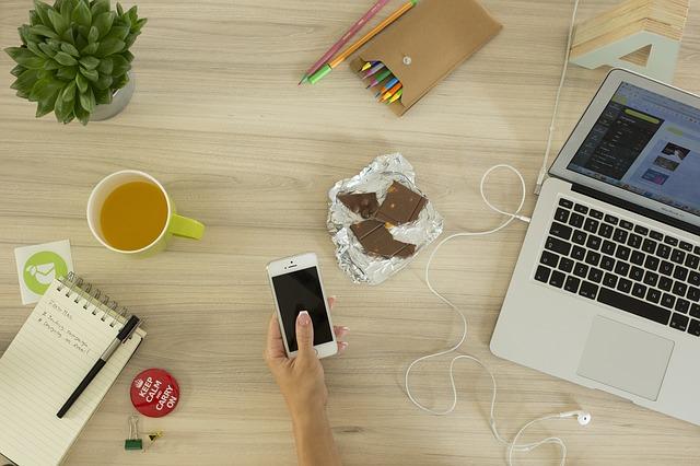 notebook, čaj, čokoláda, mobil, sluchátka