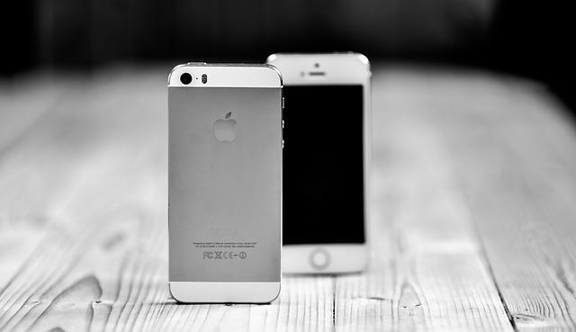 dva smartphony.jpg