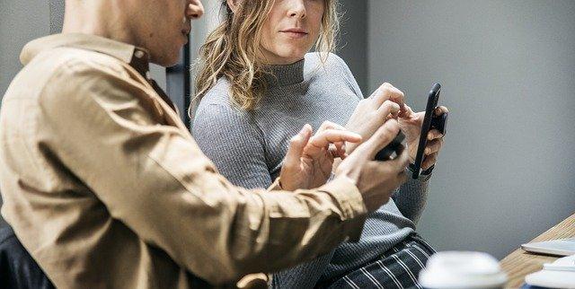 konverzace u mobilu