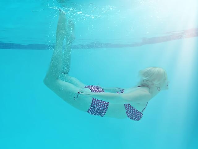 blondýna v puntíkatých plavkách