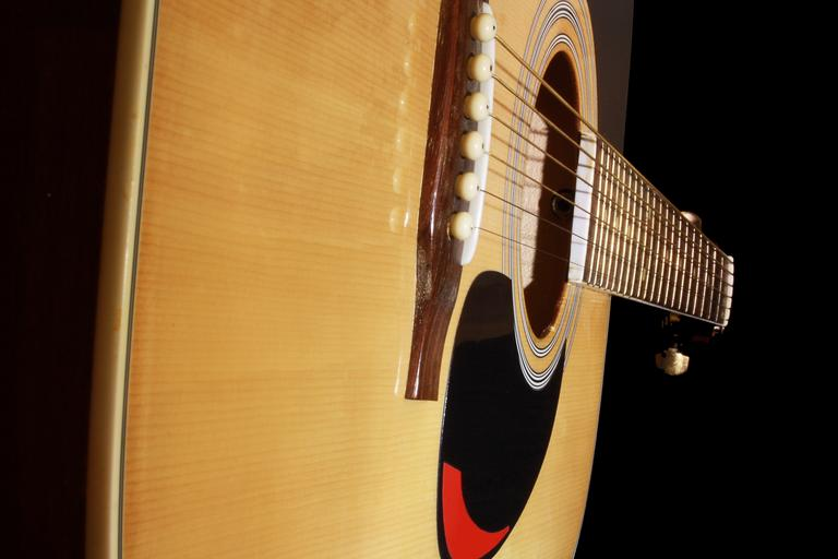 dřevěná kytara.jpg