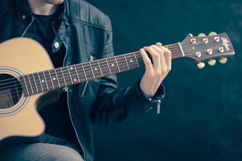 hraní na kytaru.jpg