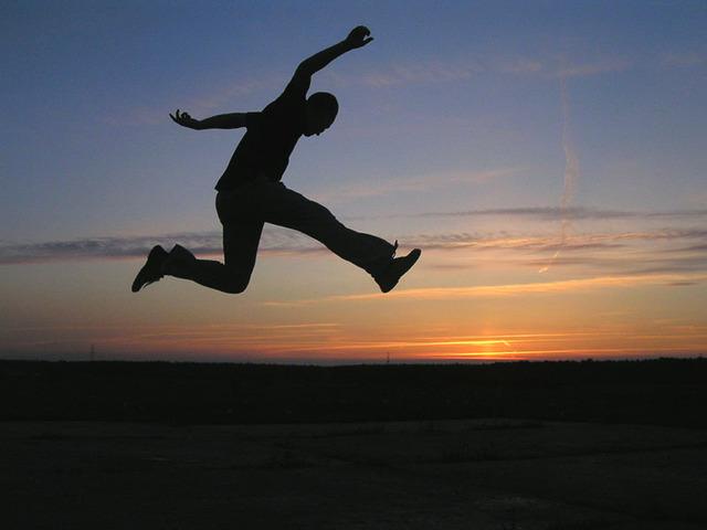silueta muže při výskoku