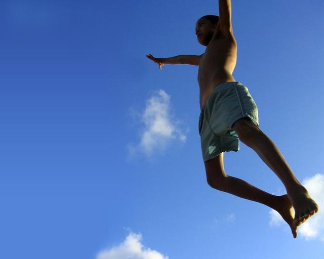 chlapec při výskoku