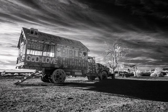 starý upravený nákladní automobil s rampou