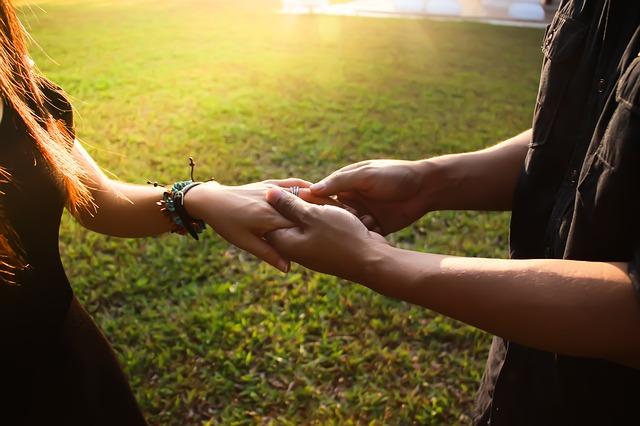 žena a muž – ruce